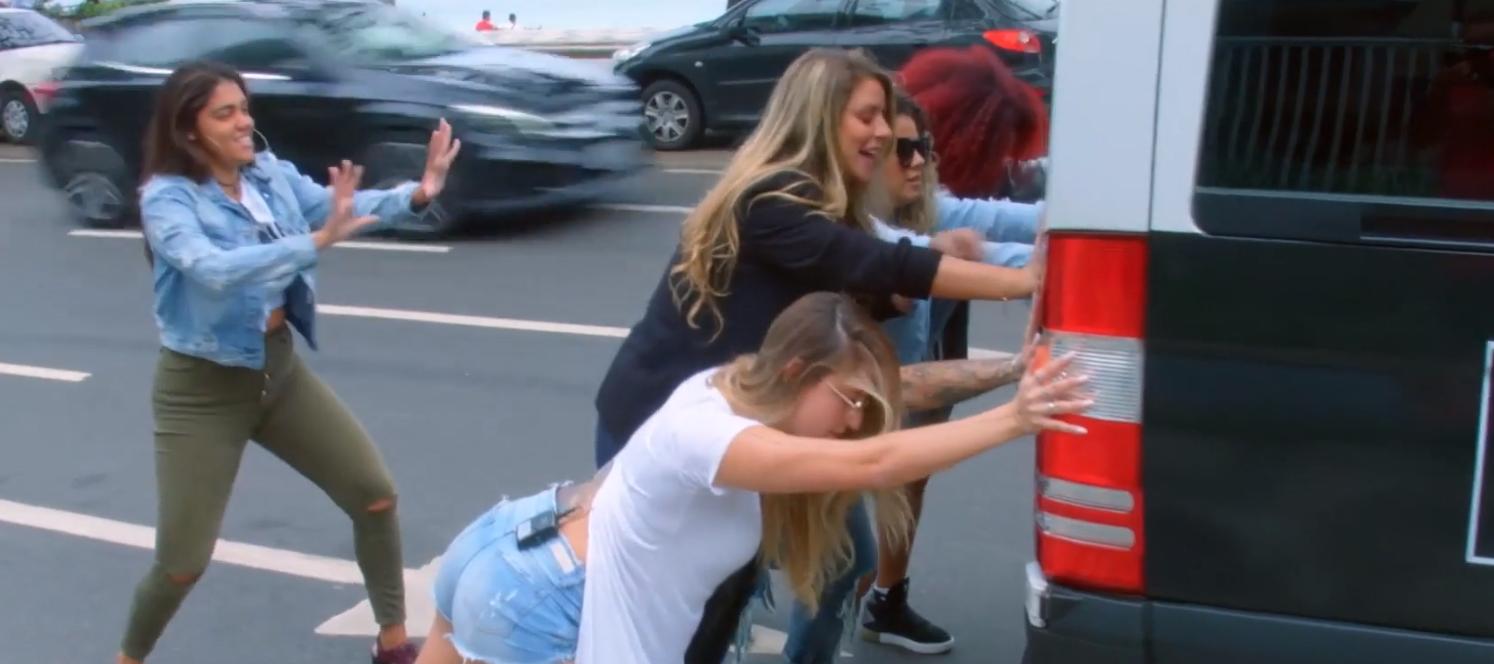 Participantes descem para empurrar o carro